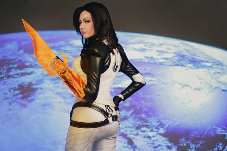 mass_effect___miranda_lawson_cosplay_by_monoabel-d6xx5ec